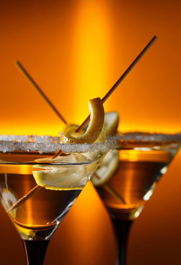 Κινηματογράφηση σε πρώτο πλάνο Martini με το λεμόνι στοκ φωτογραφία