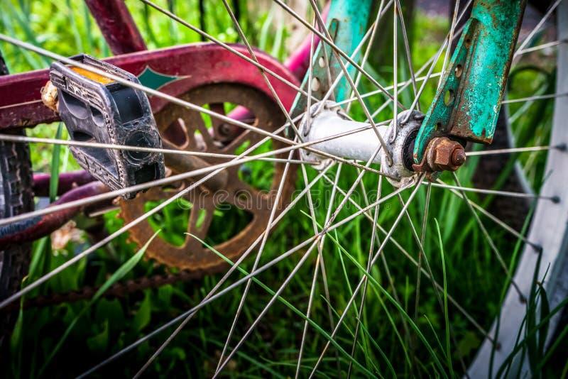 Κινηματογράφηση σε πρώτο πλάνο Spokes ποδηλάτων στη χλόη στοκ φωτογραφία με δικαίωμα ελεύθερης χρήσης