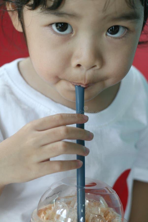 Κινηματογράφηση σε πρώτο πλάνο λίγου τσαγιού πόσιμου γάλακτος κοριτσιών στοκ εικόνα με δικαίωμα ελεύθερης χρήσης