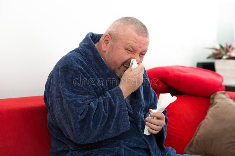 Κινηματογράφηση σε πρώτο πλάνο ενός ατόμου με τον ιστό στη μύτη του στοκ φωτογραφία