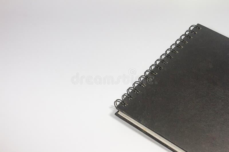 Κινηματογράφηση σε πρώτο πλάνο ενός κενού μαύρου σημειωματάριου συνδέσμων σε ένα άσπρο υπόβαθρο στοκ φωτογραφία