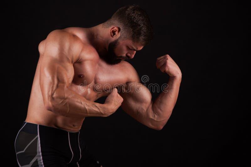 Κινηματογράφηση σε πρώτο πλάνο ενός χεριού ατόμων ` s ικανότητας δύναμης Το ισχυρό όμορφο νέο bodybuilder καταδεικνύει τους μυς κ στοκ φωτογραφία με δικαίωμα ελεύθερης χρήσης