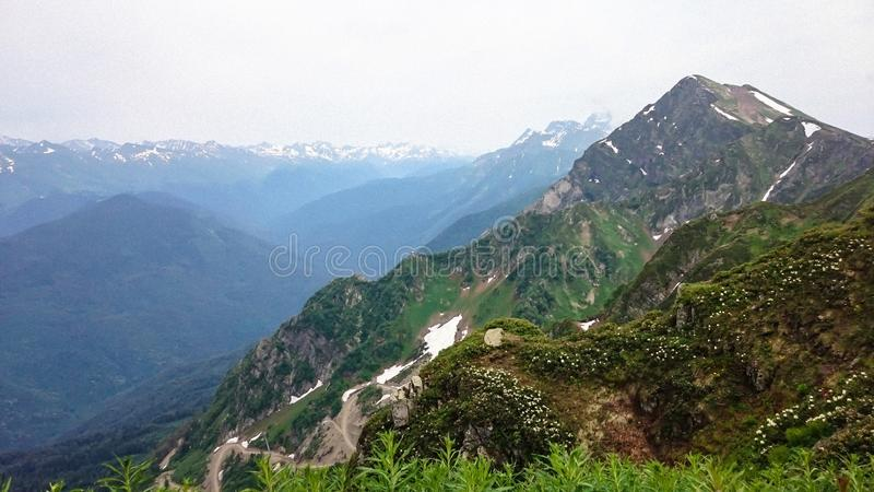 Κινηματογράφηση σε πρώτο πλάνο θέας βουνού στοκ εικόνες