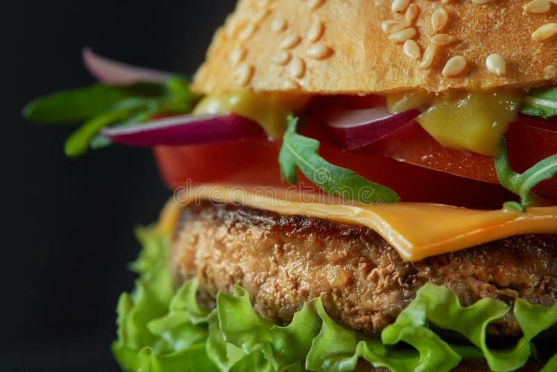 Κινηματογράφηση σε πρώτο πλάνο κατ' οίκον γίνοντα νόστιμο burger στοκ εικόνες