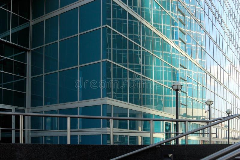 Κινηματογράφηση σε πρώτο πλάνο κτιρίου γραφείων στοκ φωτογραφία με δικαίωμα ελεύθερης χρήσης