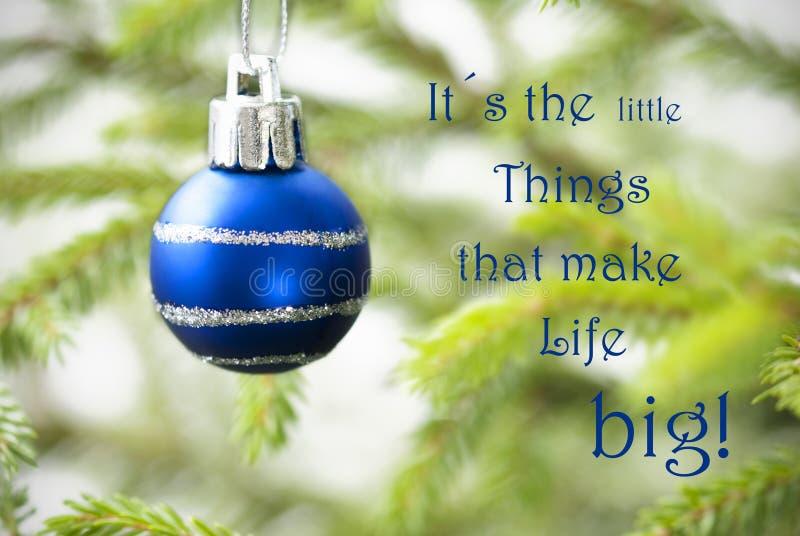 Κινηματογράφηση σε πρώτο πλάνο μιας μπλε σφαίρας Χριστουγέννων με το απόσπασμα ζωής στοκ εικόνες