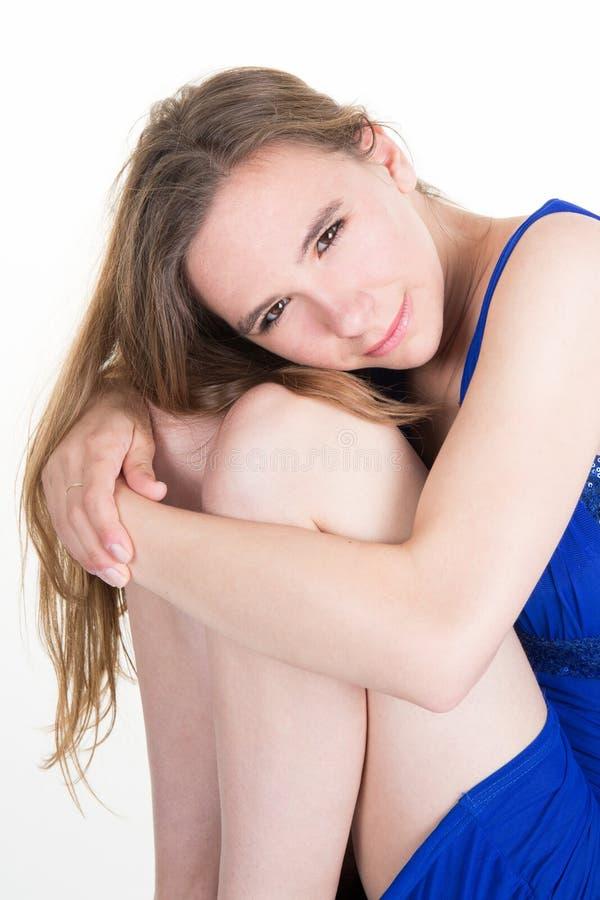 Κινηματογράφηση σε πρώτο πλάνο μιας λυπημένης και καταθλιπτικής γυναίκας βαθιά στη σκέψη στοκ φωτογραφίες