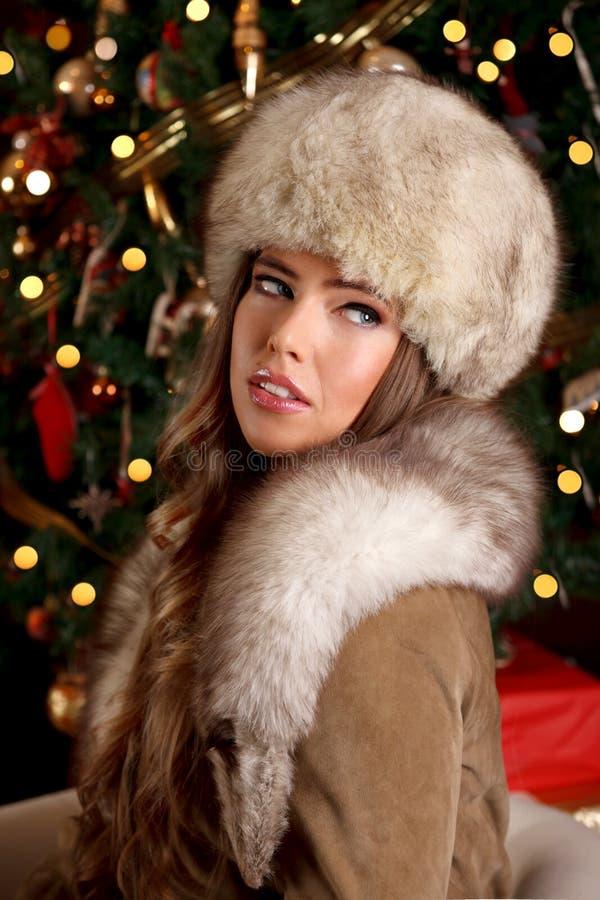Κινηματογράφηση σε πρώτο πλάνο μιας όμορφης πλούσιας γυναίκας στα Χριστούγεννα στοκ εικόνα με δικαίωμα ελεύθερης χρήσης