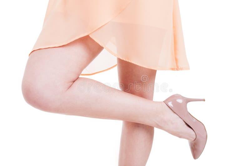 Κινηματογράφηση σε πρώτο πλάνο μια γυναίκα με τα υψηλά τακούνια και ένα πόδι επάνω στοκ φωτογραφία