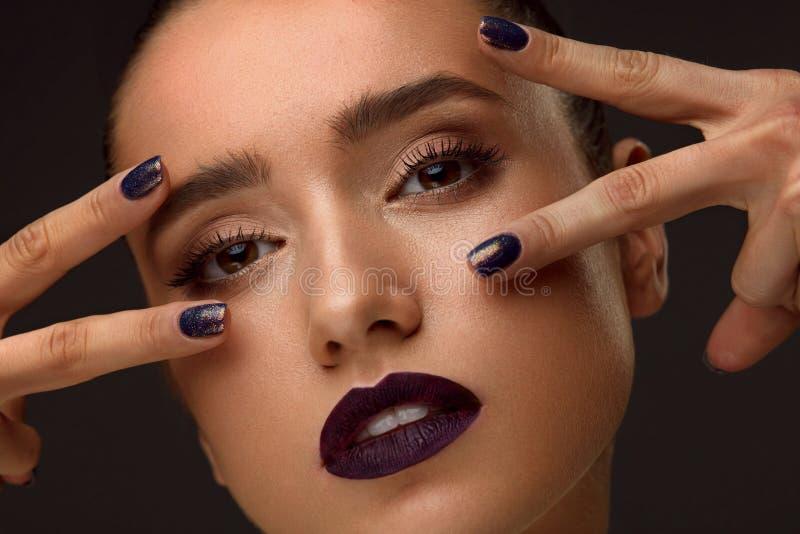 Κινηματογράφηση σε πρώτο πλάνο μόδας Γοητευτική γυναίκα με την πολυτέλεια Makeup και το μανικιούρ στοκ εικόνα με δικαίωμα ελεύθερης χρήσης