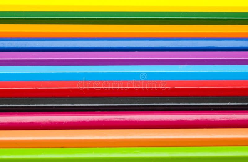 Κινηματογράφηση σε πρώτο πλάνο οριζόντιο σε ζωηρόχρωμο του υποβάθρου μολυβιών χρώματος στοκ εικόνες