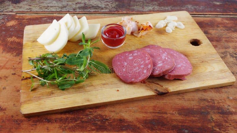 Κινηματογράφηση σε πρώτο πλάνο, λουκάνικο, τυρί και ντομάτα προγευμάτων στοκ εικόνες