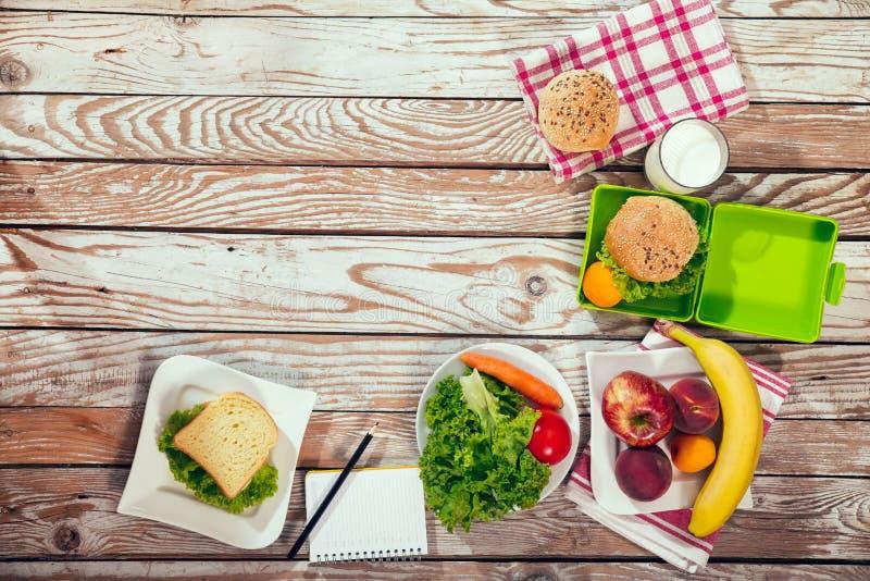 Κινηματογράφηση σε πρώτο πλάνο που προετοιμάζεται από τα σχολικά μεσημεριανά γεύματα στο υπόβαθρο στοκ φωτογραφία με δικαίωμα ελεύθερης χρήσης