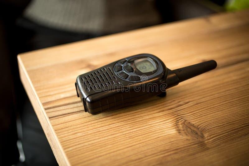 Κινηματογράφηση σε πρώτο πλάνο που πυροβολείται walkie-talkie που βρίσκεται στον ξύλινο πίνακα στοκ φωτογραφία με δικαίωμα ελεύθερης χρήσης