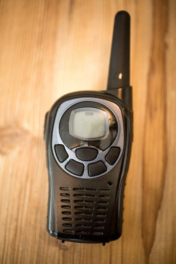 Κινηματογράφηση σε πρώτο πλάνο που πυροβολείται walkie-talkie στο ξύλινο κλίμα στοκ εικόνες