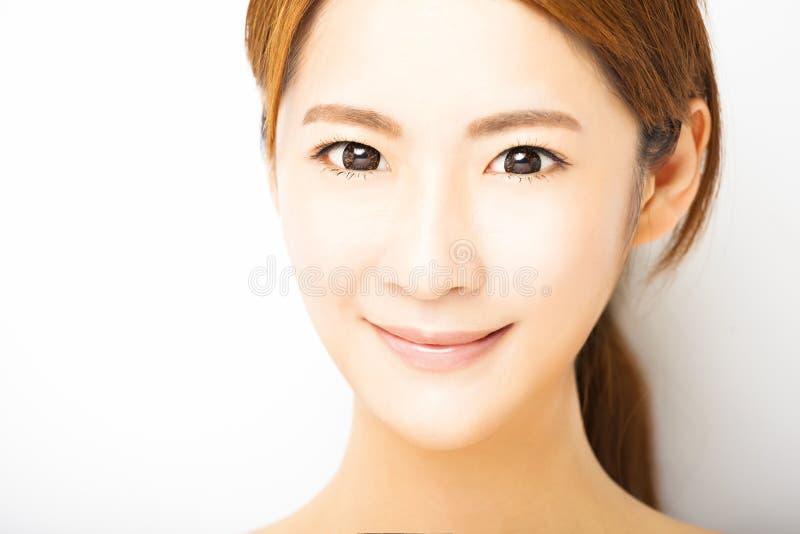 Κινηματογράφηση σε πρώτο πλάνο που χαμογελά το νέο πρόσωπο γυναικών στοκ εικόνες με δικαίωμα ελεύθερης χρήσης