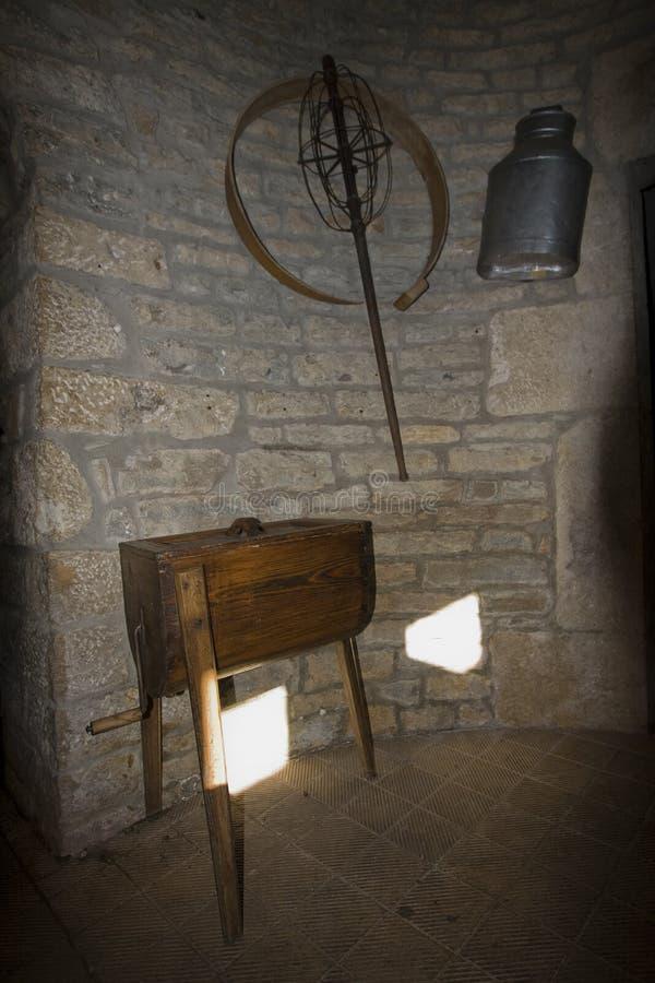 Κινηματογράφηση σε πρώτο πλάνο σε ένα παλαιό καρδάρι σε ένα παραδοσιακό γαλακτοκομείο, Jura, franche-Comté, Γαλλία στοκ εικόνα