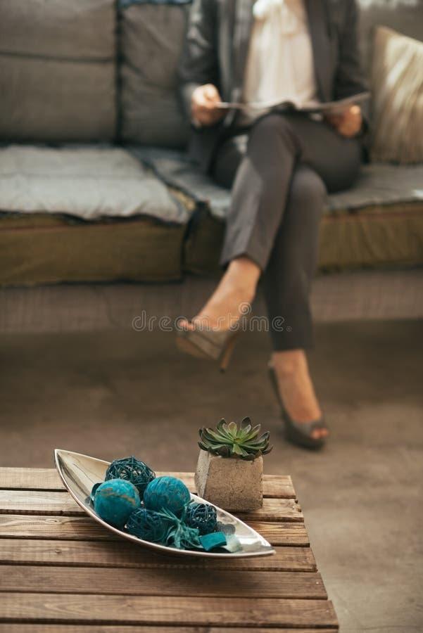 Κινηματογράφηση σε πρώτο πλάνο στη γυναίκα τραπεζάκι σαλονιού και επιχειρήσεων στην πλάτη στοκ εικόνες με δικαίωμα ελεύθερης χρήσης