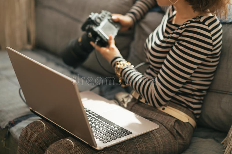 Κινηματογράφηση σε πρώτο πλάνο στη νέα γυναίκα με το lap-top και dslr τη κάμερα στοκ φωτογραφία