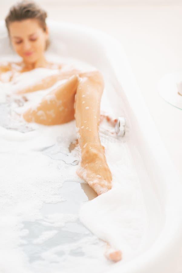 Κινηματογράφηση σε πρώτο πλάνο στη νέα χαλάρωση γυναικών στην μπανιέρα στοκ φωτογραφία με δικαίωμα ελεύθερης χρήσης