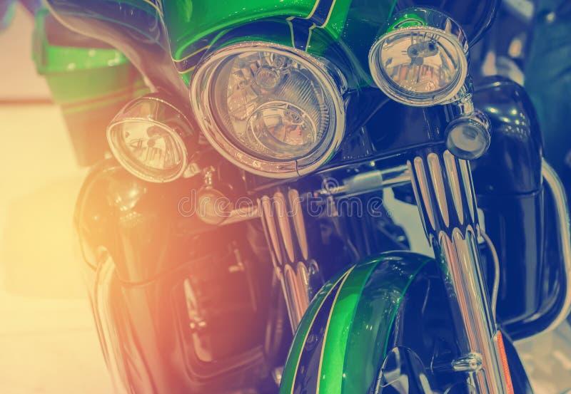Κινηματογράφηση σε πρώτο πλάνο στους προβολείς χρωμίου της μοτοσικλέτας πολυτέλειας στοκ εικόνες