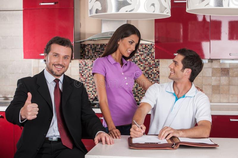 Κινηματογράφηση σε πρώτο πλάνο στο ευτυχές άτομο που υπογράφει τη συμφωνία για το καινούργιο σπίτι στοκ φωτογραφίες με δικαίωμα ελεύθερης χρήσης
