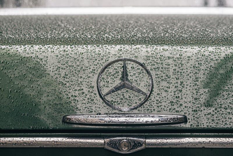 Κινηματογράφηση σε πρώτο πλάνο στο λογότυπο εμβλημάτων του αναδρομικού αυτοκινήτου της Mercedes-Benz στοκ εικόνες