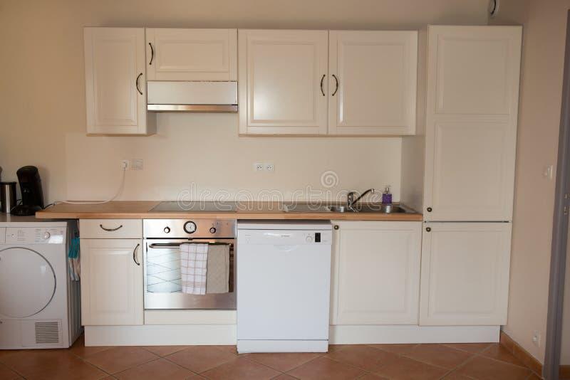 Κινηματογράφηση σε πρώτο πλάνο της άσπρης μονάδας κουζινών στο σύγχρονο εσωτερικό στοκ φωτογραφίες