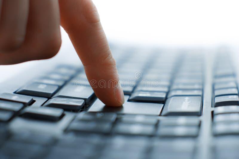 Κινηματογράφηση σε πρώτο πλάνο της δακτυλογράφησης των αρσενικών χεριών στοκ φωτογραφία με δικαίωμα ελεύθερης χρήσης