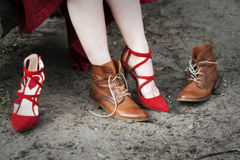Κινηματογράφηση σε πρώτο πλάνο της γυναίκας που αλλάζει τα υψηλά τακούνια της για τις μπότες στοκ φωτογραφίες