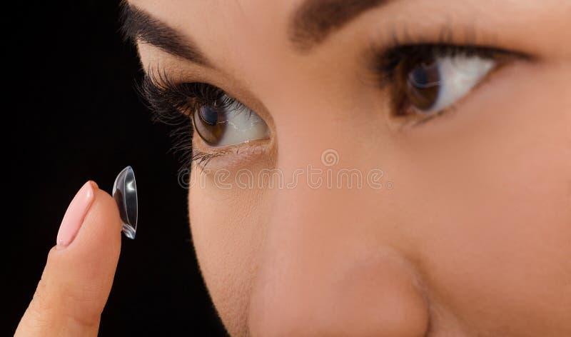 Κινηματογράφηση σε πρώτο πλάνο της γυναίκας που βάζει τους φακούς επαφής στοκ φωτογραφίες με δικαίωμα ελεύθερης χρήσης