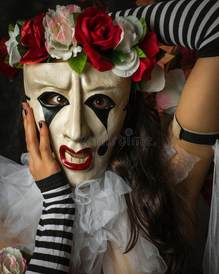 Κινηματογράφηση σε πρώτο πλάνο της γυναίκας Jester όπως τη μάσκα Pierrot στοκ φωτογραφία με δικαίωμα ελεύθερης χρήσης