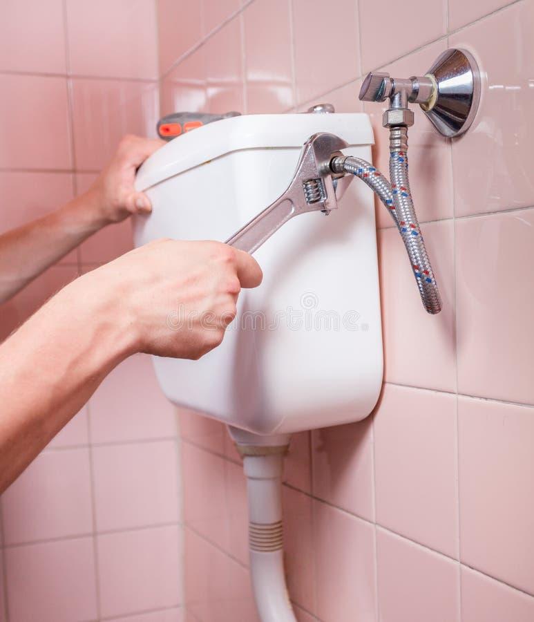 Κινηματογράφηση σε πρώτο πλάνο της επιδιόρθωσης τουαλετών στοκ εικόνες