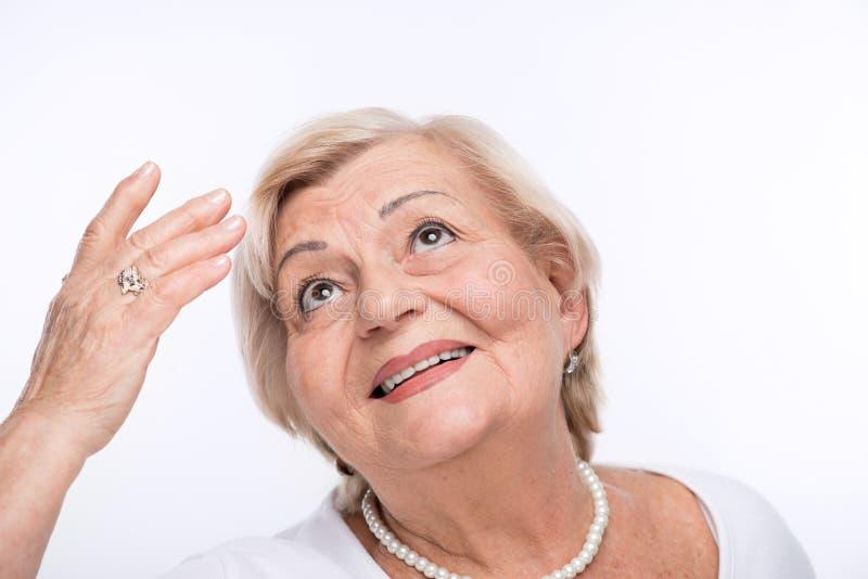 Κινηματογράφηση σε πρώτο πλάνο της ηλικιωμένης εξέτασης γυναικών επάνω το διάστημα αντιγράφων στοκ εικόνες
