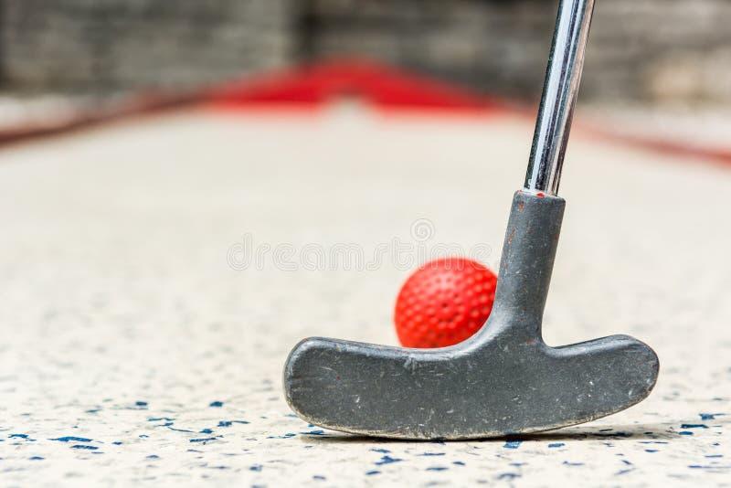 Κινηματογράφηση σε πρώτο πλάνο της κόκκινης μίνι σφαίρας γκολφ στοκ εικόνα