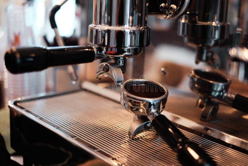 Κινηματογράφηση σε πρώτο πλάνο της μηχανής καφέ στοκ φωτογραφία