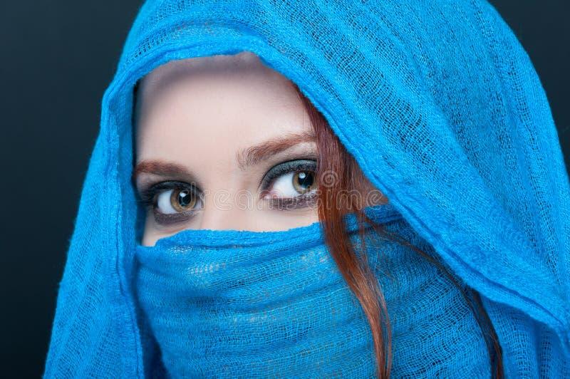 Κινηματογράφηση σε πρώτο πλάνο της πανέμορφης νέας γυναίκας που φορά το μπλε πέπλο στοκ φωτογραφίες με δικαίωμα ελεύθερης χρήσης