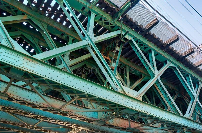 Κινηματογράφηση σε πρώτο πλάνο της πράσινης γέφυρας τραίνων στοκ εικόνες