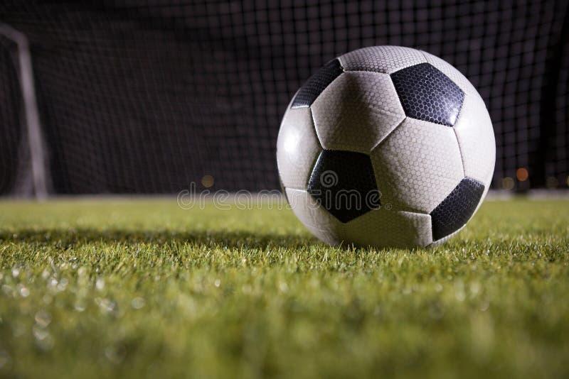 Κινηματογράφηση σε πρώτο πλάνο της σφαίρας ποδοσφαίρου στο αγωνιστικό χώρο στοκ φωτογραφίες με δικαίωμα ελεύθερης χρήσης