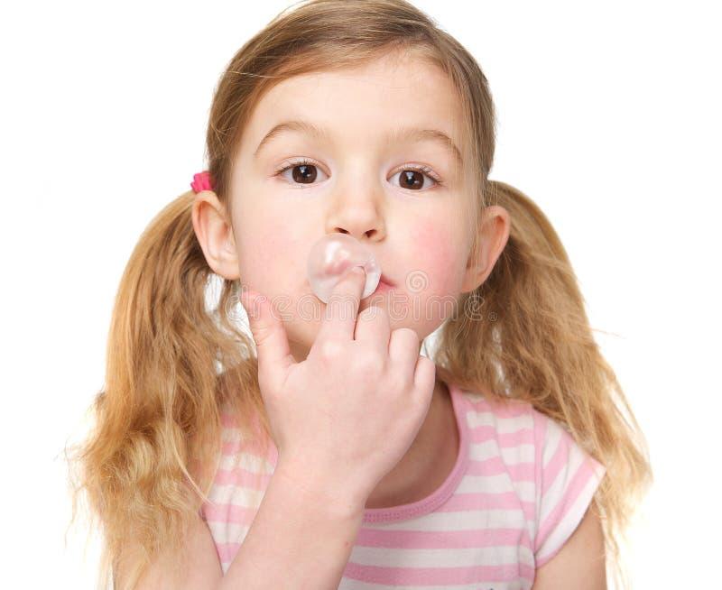 Κινηματογράφηση σε πρώτο πλάνο της χαριτωμένης τσίχλας μικρών κοριτσιών στοκ εικόνες