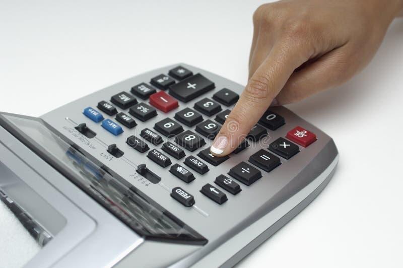 Κινηματογράφηση σε πρώτο πλάνο του δάχτυλου που χρησιμοποιεί τον ψηφιακό υπολογιστή στοκ εικόνες