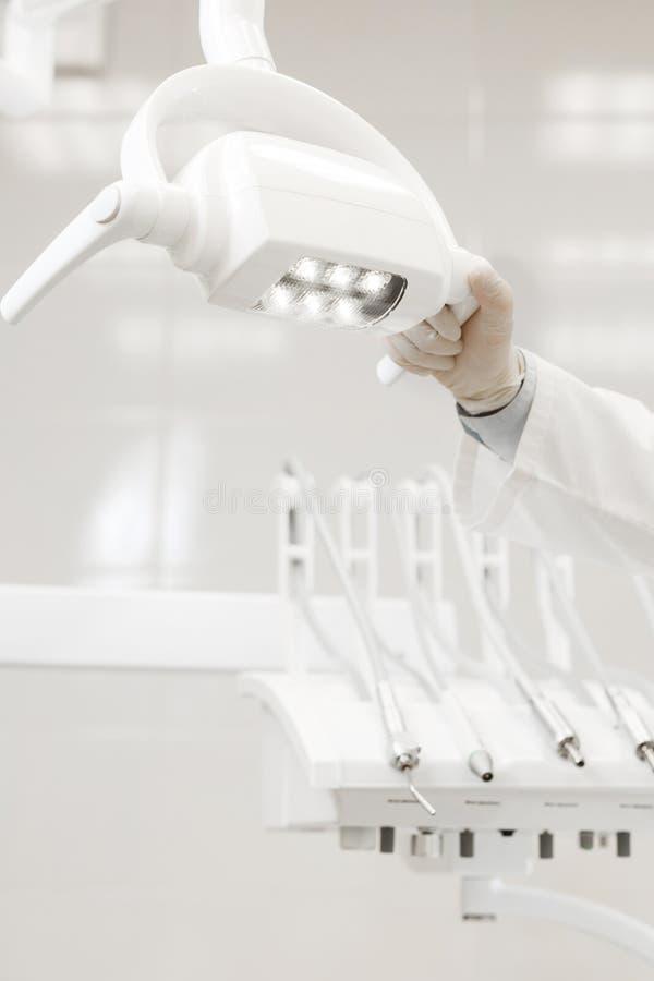 Κινηματογράφηση σε πρώτο πλάνο του λαμπτήρα στην οδοντική κλινική Εσωτερικό του γραφείου οδοντιάτρων Υγειονομική περίθαλψη και ια στοκ εικόνα