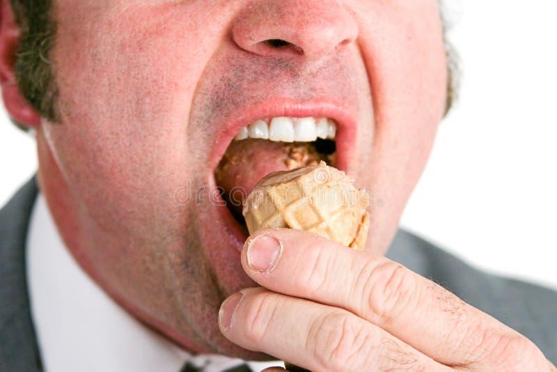 Κινηματογράφηση σε πρώτο πλάνο του ατόμου που τρώει το παγωτό στοκ φωτογραφία