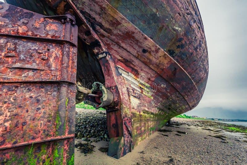 Κινηματογράφηση σε πρώτο πλάνο του εγκαταλειμμένου ναυαγίου στην ακτή στο οχυρό William, Σκωτία στοκ εικόνες