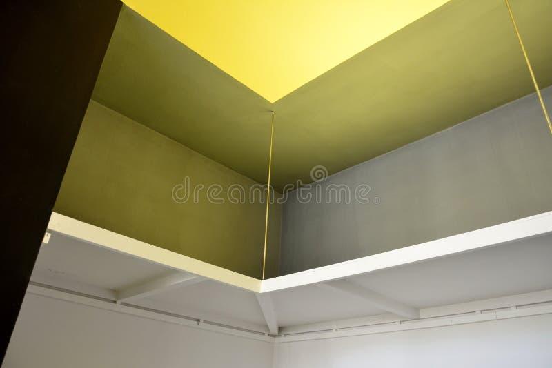 Κινηματογράφηση σε πρώτο πλάνο του ενσωματωμένου ραφιού στο ατελιέ της Βουλής Kandinsky/Klee σε dessau-Rosslau στοκ φωτογραφία
