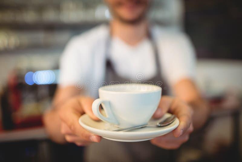 Κινηματογράφηση σε πρώτο πλάνο του εξυπηρετώντας καφέ barista στην καφετέρια στοκ φωτογραφία με δικαίωμα ελεύθερης χρήσης