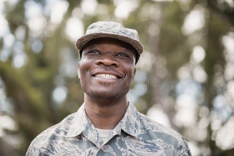 Κινηματογράφηση σε πρώτο πλάνο του ευτυχούς στρατιωτικού στρατιώτη στοκ φωτογραφία