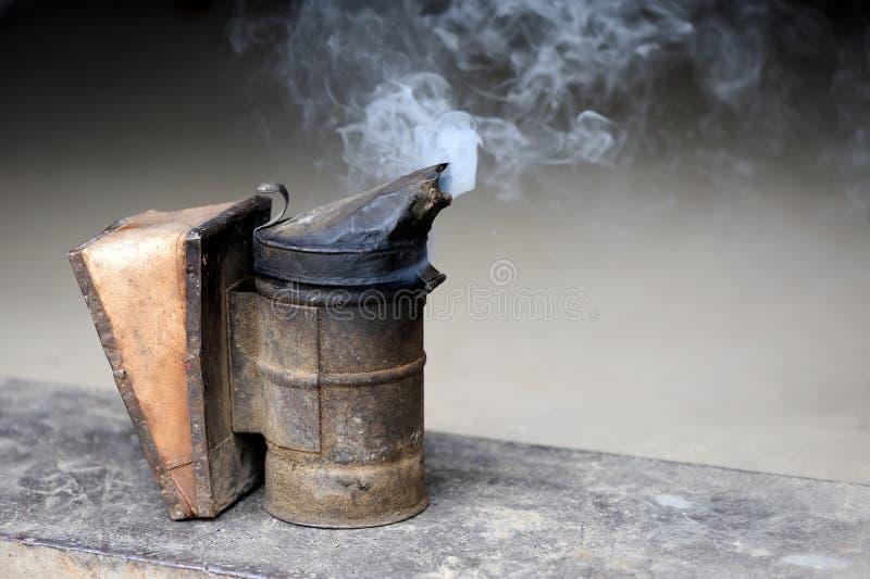 Κινηματογράφηση σε πρώτο πλάνο του καπνιστή μελισσών στοκ εικόνα με δικαίωμα ελεύθερης χρήσης