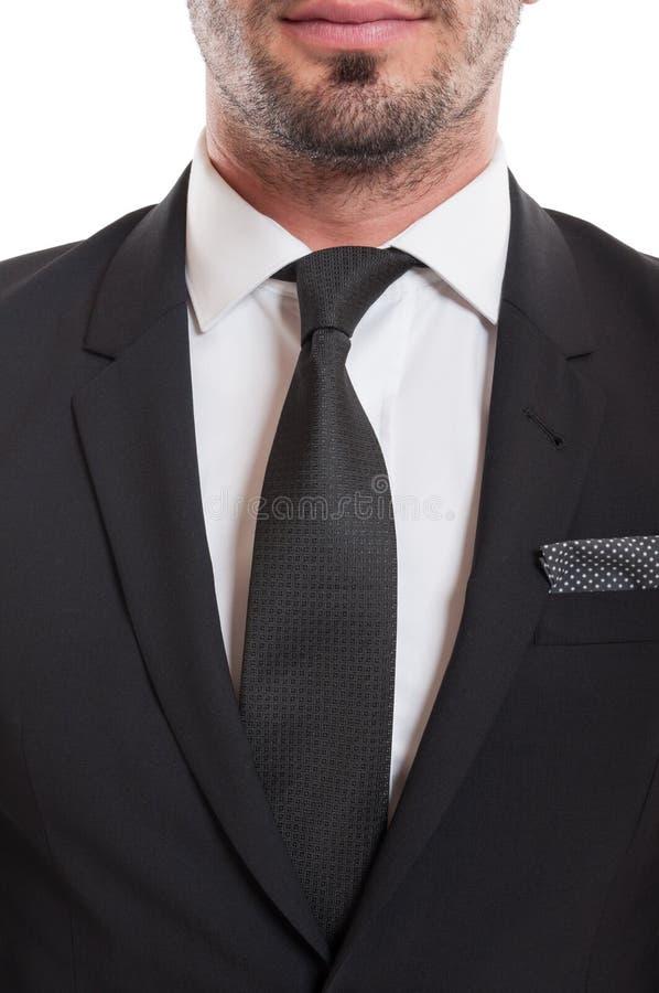 Κινηματογράφηση σε πρώτο πλάνο του κοστουμιού, της γραβάτας, και του πηγουνιού γενειάδων στοκ εικόνες