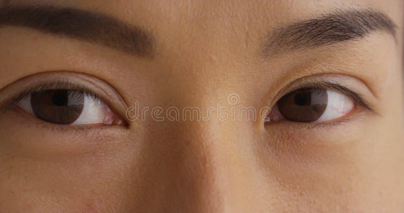 Κινηματογράφηση σε πρώτο πλάνο του ματιού της ιαπωνικής ανύπαντρης στοκ φωτογραφία